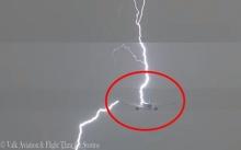 คลิปนาทีระทึก!! ฟ้าผ่าเปรี้ยงลงปีกเครื่องบิน แต่ไม่เป็นอะไร นักบิน-ผู้โดยสารปลอดภัย (คลิป)