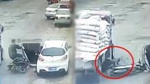 นาทีสยอง! เก๋งเปิดประตูรถไม่ดูหลัง ชนมอเตอร์ไซค์กระเด็น รถบรรทุกเหยียบดับคาที่ (คลิป)