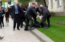 ผู้นำอังกฤษถูกหนุ่มวิ่งจ้อกกิ้งเสียหลักพุ่งชนแบบ....