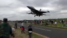 สุดระทึก เครื่องไอพ่น F-16 กะระยะผิด ร่อนลงเฉียดหัวคนดูที่ตุรกี