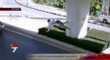 วงจรปิดเผยภาพนาทีเฉียดตาย หนุ่มขี่มอเตอร์ไซค์ตกสะพาน