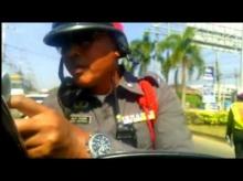ตำรวจจับ มนุษย์ลุง ข้อหาฝ่าไฟเหลือง? ยังไงล่ะงานนี้!!!