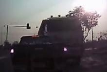 นาทีระทึก! เกือบตาย รถพ่วงหลับในฝ่าไฟแดงชน 3 คันรวด