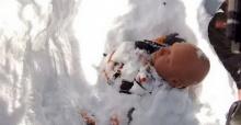 ขุดด่วน! ชายมะกันเล่นสกี เจอหิมะถล่มฝังมิดหัว