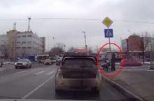อึ้ง!! อยู่ๆรถคันนี้ ก็จอดรถขว้างถนน ...เพื่อ ?