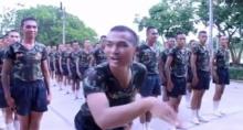 ดูแล้วยิ้มไม่หุบ! เมื่อเหล่าทหารหนุ่ม โชว์เต้นน่ารัก หมอลำซิ่ง
