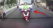 คนขับรถบัส ฉุนหนุ่มขี่จยย.ขวางทาง สุดท้ายทนไม่ไหว...
