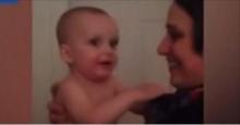 เมื่อทารกน้อยเห็นหน้าพี่สาวฝาแฝดของแม่เป็นครั้งแรก งงจนถึงกับเหวอ