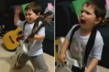 เด็ก 2 ขวบจัดเต็ม! โชว์เล่นกีตาร์ลีลาอินสุดๆ หน้าตาท่าทางจัดว่าเด็ด!!
