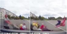 น่าสงสาร! พ่อเข็นรถพา 3 ลูกน้อยข้ามถนน ถูกเก๋งชนกระเด็น เด็กสาหัส!!