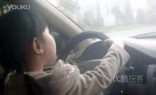 มันใช่หรอ!? สอนให้ลูกสาววัยแค่ 4 ขวบ ขับรถเก๋งออกถนนใหญ่!!