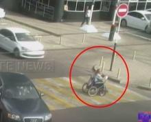 สะเทือนใจ!!! หญิงชรา นั่งรถเข็นข้ามทางม้าลาย แต่ถูกรถชนกระเด็น
