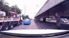 รถบรรทุกไม่พอใจ..ลุงขับช้าขับรถตัดหน้าแล้วหนีไป