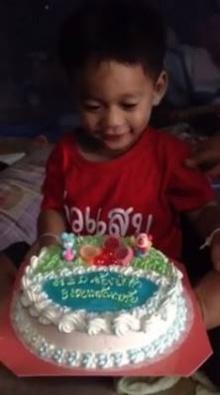 น่ารักมาก เด็ก3ขวบตื้นตัน!!..ร้องให้ในงานวันเกิด