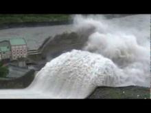 นึกว่าเขื่อนแตก!!...น้ำท่วมเขื่อนที่ไต้หวัน คนแห่ถ่ายรุป