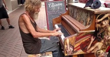 ยังจำได้ไหม!? ชายที่เคยเล่นเปียโนข้างถนน..ตอนนี้เขาเป็นแบบนี้แล้ว