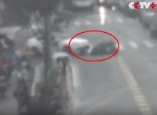 ชายขี่จักรยานไฟฟ้าเสียหลักล้ม ถูกรถเก๋งทับซ้ำสาหัส!!