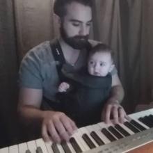 คุณพ่อเล่นเปียโนกล่อมลูกให้หลับ น่ารักมาก