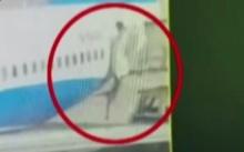 ช็อก!! แอร์โฮสเตสร่วงตกช่องระหว่างประตูเครื่องบินกับบันได หล่นไปกองพื้นรันเวย์(คลิป)