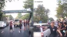 คนเล่นสงกรานต์ช่วยเคลียร์เส้นทางให้ รถฉุกเฉิน วิ่งถึงรพ.ได้ทันเวลา (คลิป)