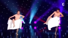 สาวๆอึ้ง!! เมื่อ 2 หนุ่มชาวฝรั่งเศส แสดงระบำ เกือบ ล่อนจ้อน!