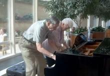 คู่รักตายาย เล่นเปียโน ได้หวานซึ้งสุดๆ