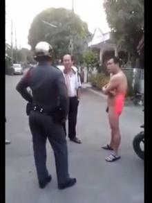 อื้อหือ!! หนุ่มใหญ่เปลือยล่อนจ้อน ท้าตำรวจ!!