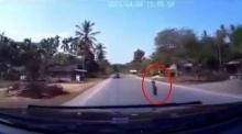 วินาทีสุดช็อค! เด็กวิ่งตัดหน้ารถ ชนเข้าไปเต็มๆ