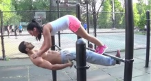 คนโสดไม่ควรดู! คลิปสอนออกกำลังกายแบบคู่รัก สวีทเวอร์อะ!
