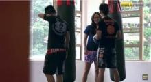 น่ารั๊กอ่ะะะ! สาว เนิร์ด บุกค่ายมวยโชว์ลีลา มวยไทย จนครูฝึกเงิบ