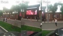 ยืนดูแบบงง!!! ชาวจีนสุดงง จู่ๆมีหนังโป๊ฉายบนจอยักษ์กลางที่สาธารณะ