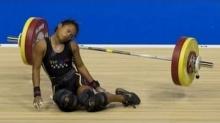 นักยกน้ำหนักสาว วูบ ล้มคว่ำกลางพื้นแผ่นเหล็กเฉียดหัวไปนิดเดียว