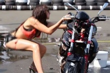 ฮาหรือสงสาร! พริตตี้สาวเซ็กซี่โชว์ลีลาล้างบิ๊กไบค์สุดเหวี่ยงไปนิด...สุดท้าย !??