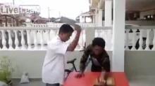 เงิบเลย!! หนุ่มโชว์หนังเหนียวให้เพื่อนใช้มีดสับแขน แต่สุดท้าย..!??