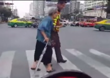 ปลื้มปริ่ม!! ตร.ทำดีกลางถนนผู้คนหยิบกล้องบันทักนาทีประทับใจ!!