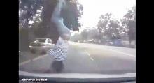 เต็ม ๆ เด็กวิ่งตัดหน้ารถ...กระเด็นไกลขนาดนี้!!
