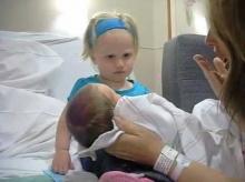 เกิดอะไรขึ้น! เมื่อพี่สาวฟันน้ำนม เจอกับน้องชายแบเบาะครั้งแรก