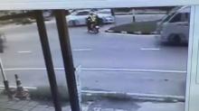 วินาทีเป็นวินาทีตาย!!!ตำรวจสุดซวย! โดนรถตู้พุ่งชน