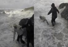 ภัยธรรมชาติ!!คลื่นแรงซัดฝั่งกลืนคนลงทะเล เกือบไม่รอด