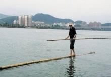 สุดยอดลุง!! ใช้ 'ไม้ไผ่ลำเดียว' เป็นเรือข้ามแม่น้ำไปทำงานทุกวัน