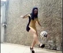 ทึ่ง!!! สาวสุดเท่!! ใส่ส้นสูง-กระโปรงสั้น โชว์ลีลาเดาะบอล!
