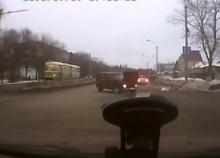 ขับรถตัดหน้าโดนชน ผู้โดยสารกระเด็นออกนอกรถ