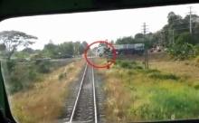 ระทึก!! รถบรรทุกจอดเลยไม้กั้น หวิดโดนรถไฟชน