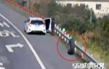 หนุ่มจีนเคราะห์ร้าย โดนยางล้อรถบรรทุกพุ่งเข้าใส่เจ็บหนัก!!!