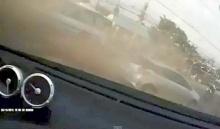 ระทึกจากกล้องในรถ นาทีโดนเก๋งบีเอ็มเบียดจนหมุนพลิกคว่ำ