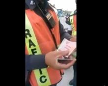 ได้ใจไปเต็ม ๆ เมื่อตำรวจจ่ายตังค์ให้ประชาชนบ้าง..