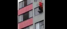 สุดระทึก! สาวคิดสั้นจะโดดตึก นักดับเพลิงจึงตัดสินใจทำแบบนี้