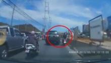 ระทึก!! รถยนต์หรูไล่ชนมอเตอร์ไซค์ หลังไม่พอใจถูกขับปาดหน้า