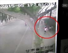 น่ากลัว! ลมพัดกำแพงเมืองหลานโจวทับคนเดินถนนดับ 2 เจ็บ 7
