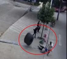 เฮ้ย!มาได้ไง ยางรถกลิ้งชนใส่คุณยายกระเด็นกลางถนน